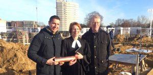 Marco Weckbrodt (li.), Claudia Weisbarth und Hartmut Ermes bei der Grundsteinlegung in Hasloh.