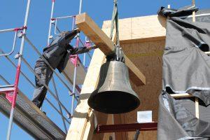 Die Glocken werden eingebaut