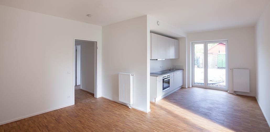 Offene Küche in Erdgeschosswohnung mit Zugang nach draußen