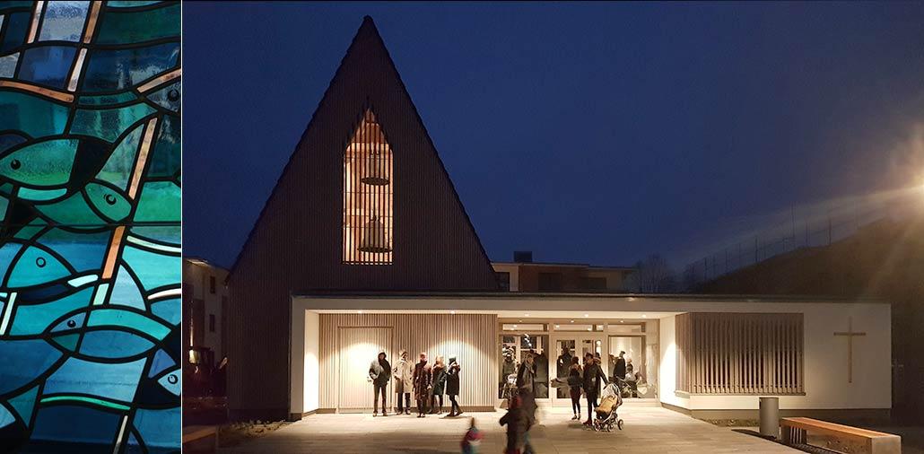 Illuminiertes Gemeindezentrum in Hasloh am Abend