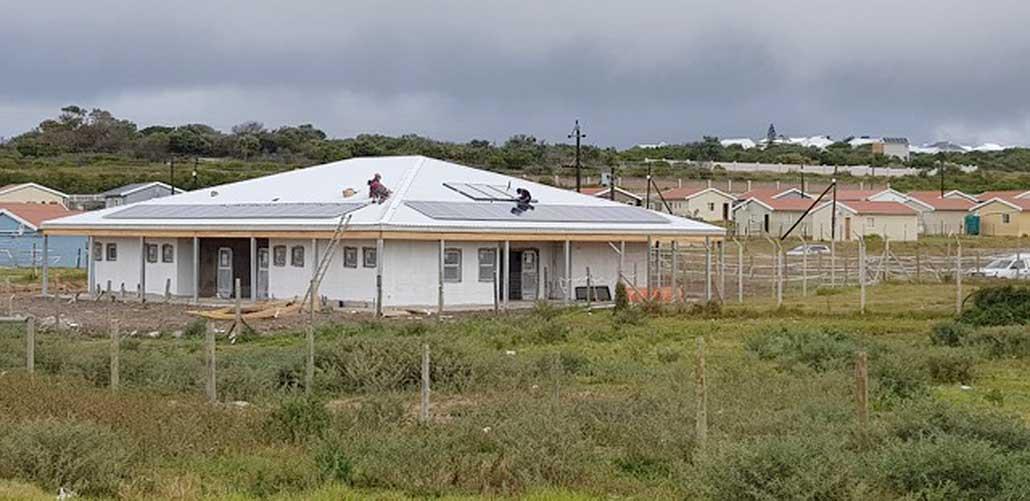 EcoSUN, Montage der Solarmodule auf dem Dach des Communtiy Centers